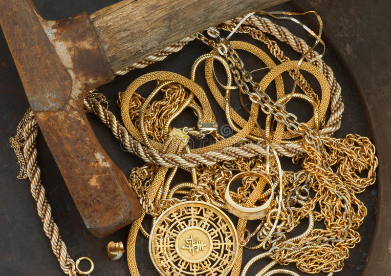 утиль выбора лотка ювелирных изделий золота наличных дег оси стоковая фотография