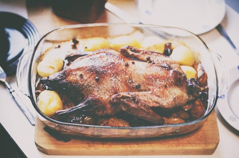 Утка испеченная рождеством с картошками стоковая фотография