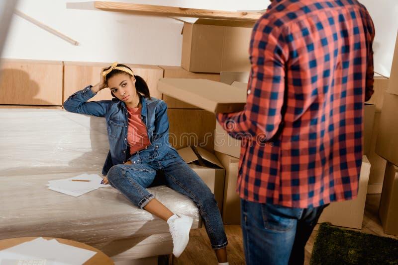 утомленная Афро-американская девушка смотря ее парня стоковое фото rf
