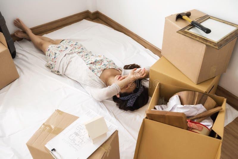 Утомленная женщина спать на новом доме стоковые фотографии rf