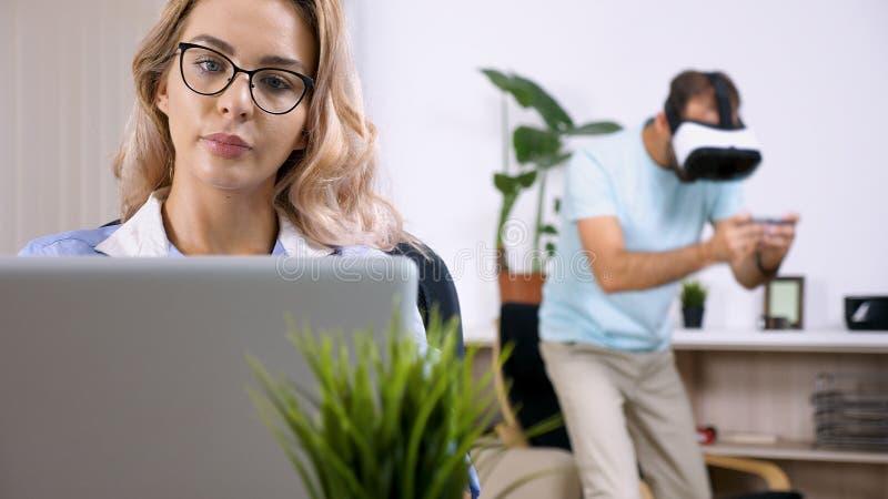 Утомленная и расстроенная женщина фрилансера работая на компьтер-книжке компьютера стоковая фотография