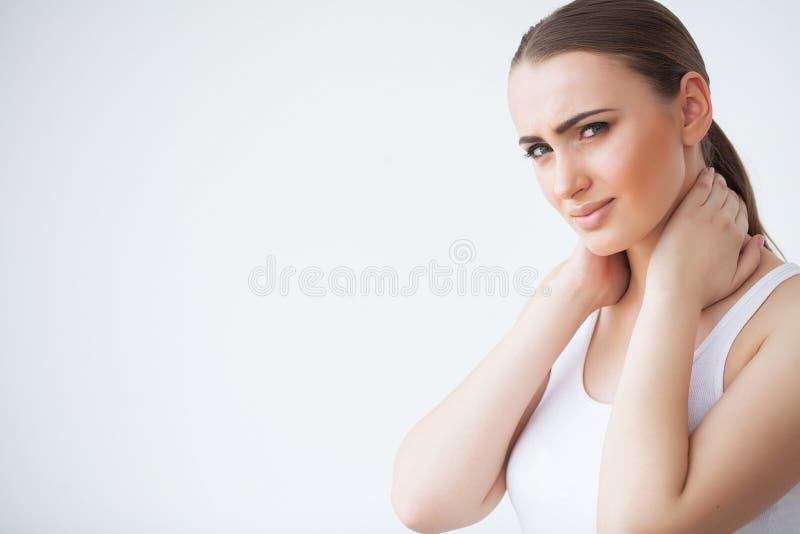Утомленная шея Красивая женщина страдая от боли, тягостного чувства стоковые фото