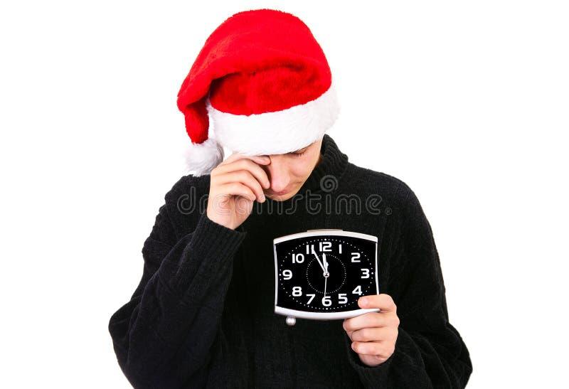 Утомленный молодой человек в шляпе Санты стоковое изображение