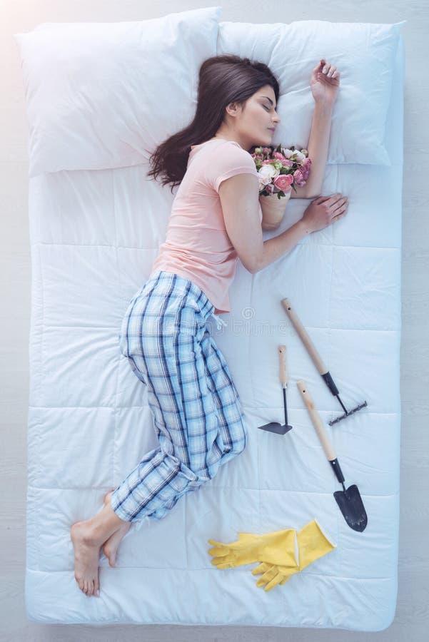 Утомленный падать молодой дамы уснувший после садовничать стоковое фото rf