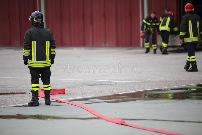 утомленный пожарный после поворачивать огонь стоковые изображения
