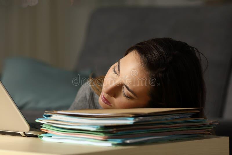 Утомленный работающий на самого себя спать над документами в ноче стоковое изображение rf