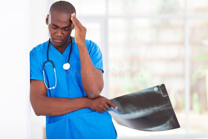 Утомленный работник медицинского соревнования стоковые изображения rf