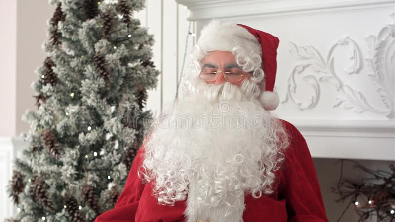 Утомленный Санта Клаус просыпая вверх от ворсины для того чтобы продолжать подготовить Xmas представляет стоковые изображения