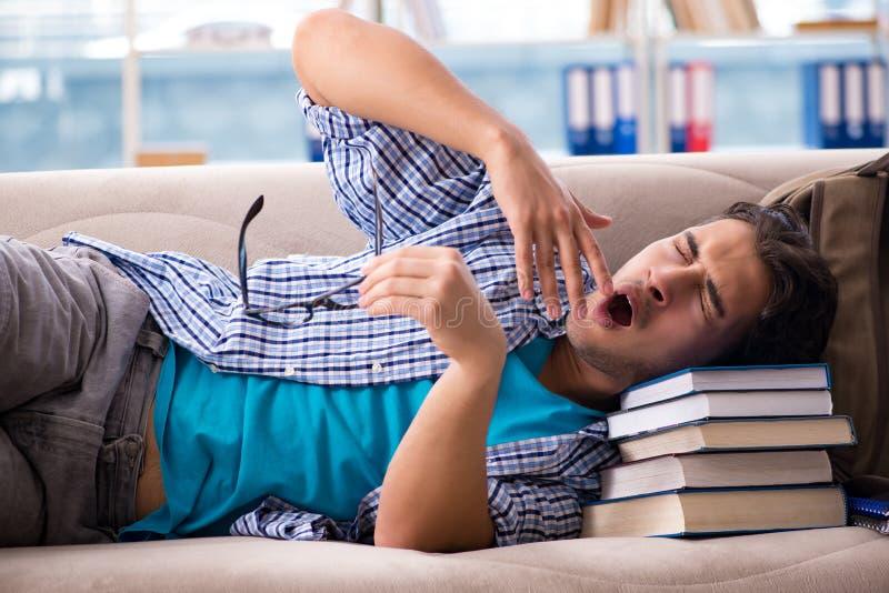 Утомленный студент лежа на софе стоковая фотография rf