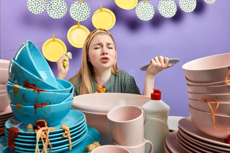 Утомлянная женщина с закрытыми глазами переутомленными с домашним хозяйством стоковое изображение rf