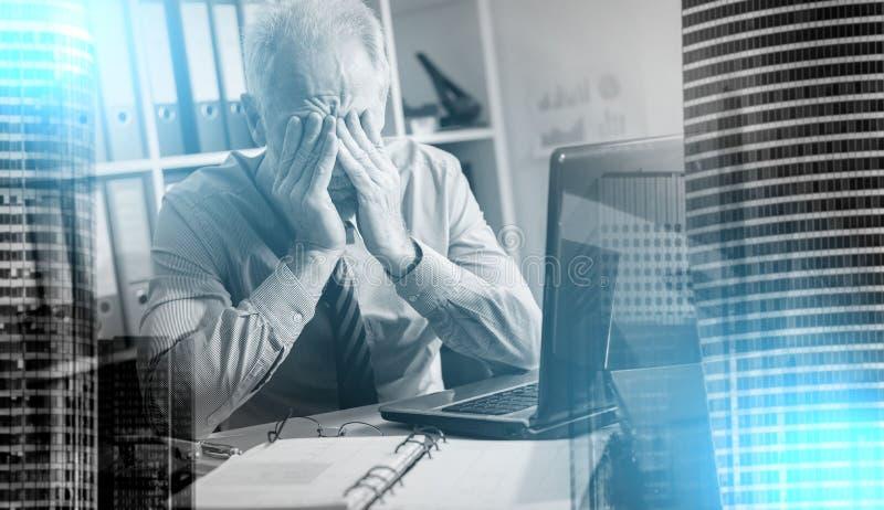Утомлянный бизнесмен с головной болью, световым эффектом; множественная выдержка стоковые фотографии rf