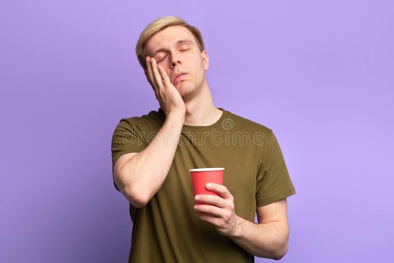 Утомлянный студент с закрытыми глазами подготавливал для экзаменов всю ночь стоковые фотографии rf
