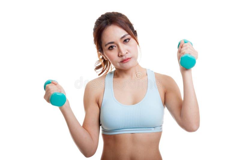 Утомленная азиатская здоровая тренировка девушки с гантелью стоковое фото rf