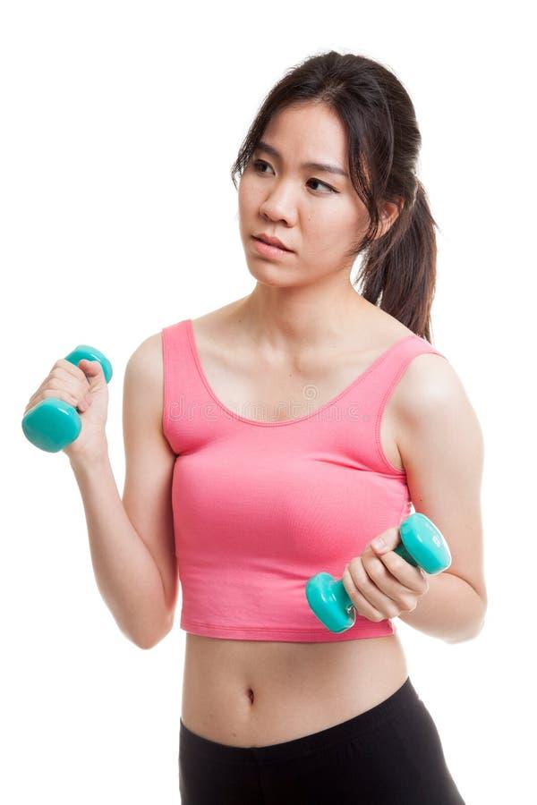 Утомленная азиатская здоровая тренировка девушки с гантелью стоковое изображение