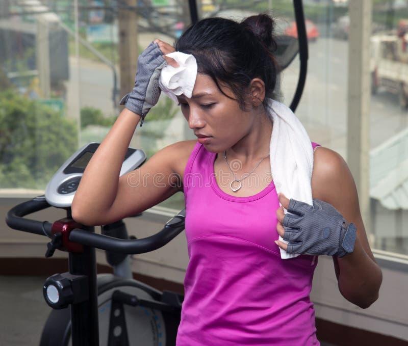 Утомленная женщина в спортзале стоковое фото rf