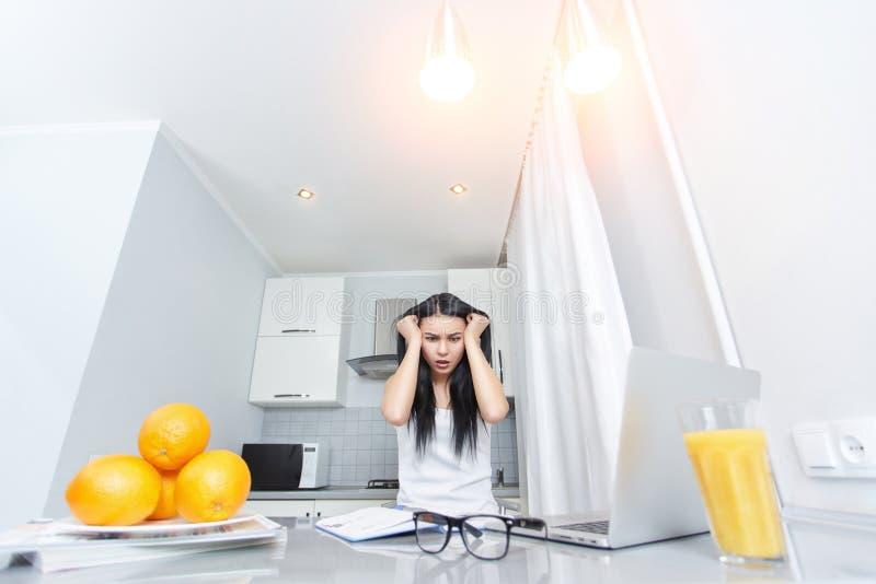 Утомленная женщина держа головной руками стоковые фотографии rf