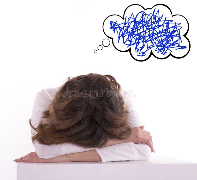 Утомленная женщина спать на рабочем месте стоковые изображения