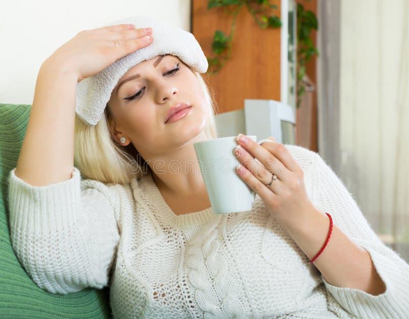 Утомленная женщина с интенсивной головной болью стоковые фотографии rf