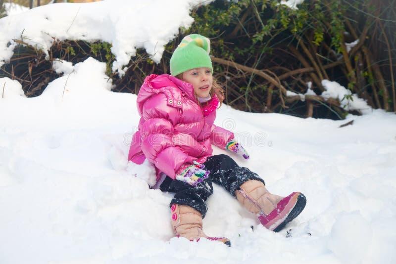 Утомленная маленькая девочка в снеге стоковое изображение rf