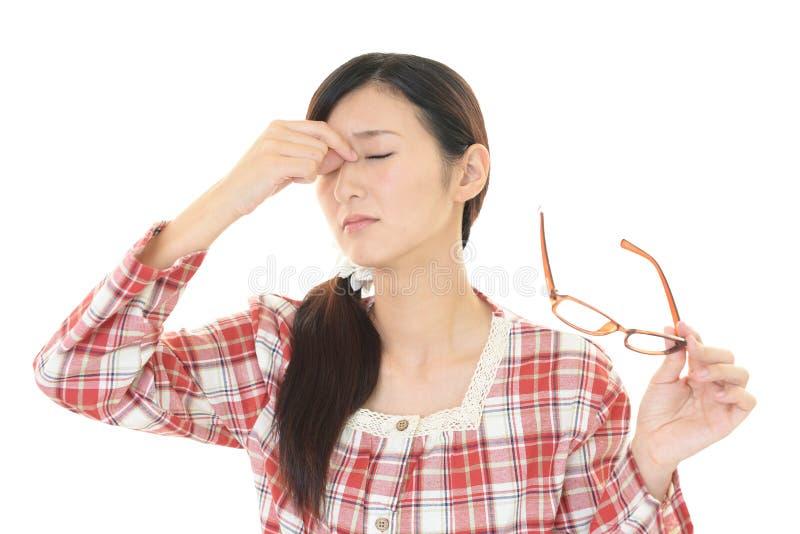 Утомленная молодая азиатская женщина стоковая фотография rf