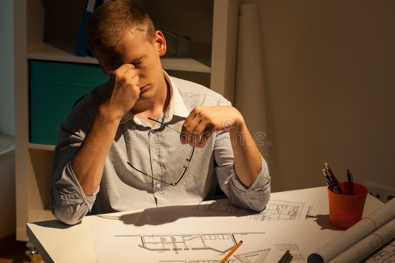 Утомленный архитектор на ноче стоковое изображение