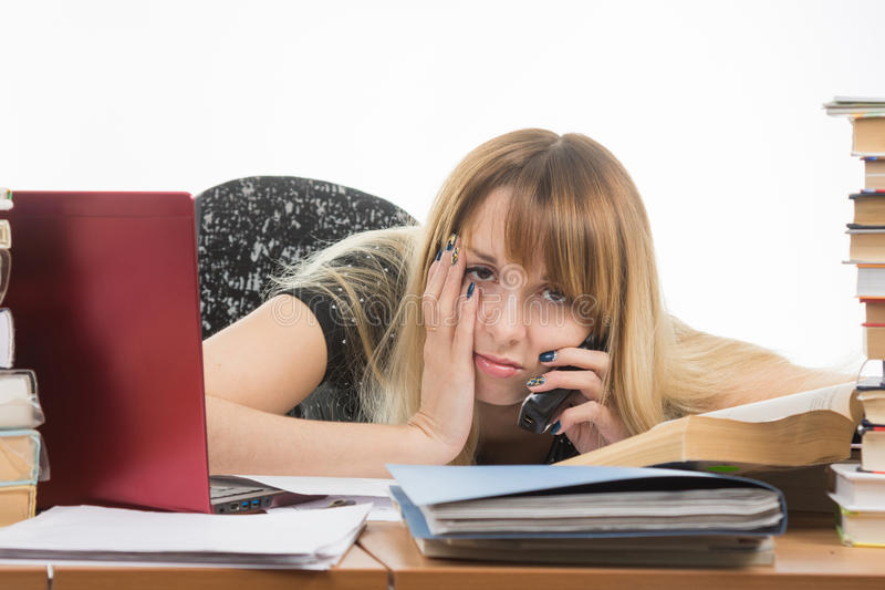 Утомленный исследователь вызывает на телефоне стоковое фото rf