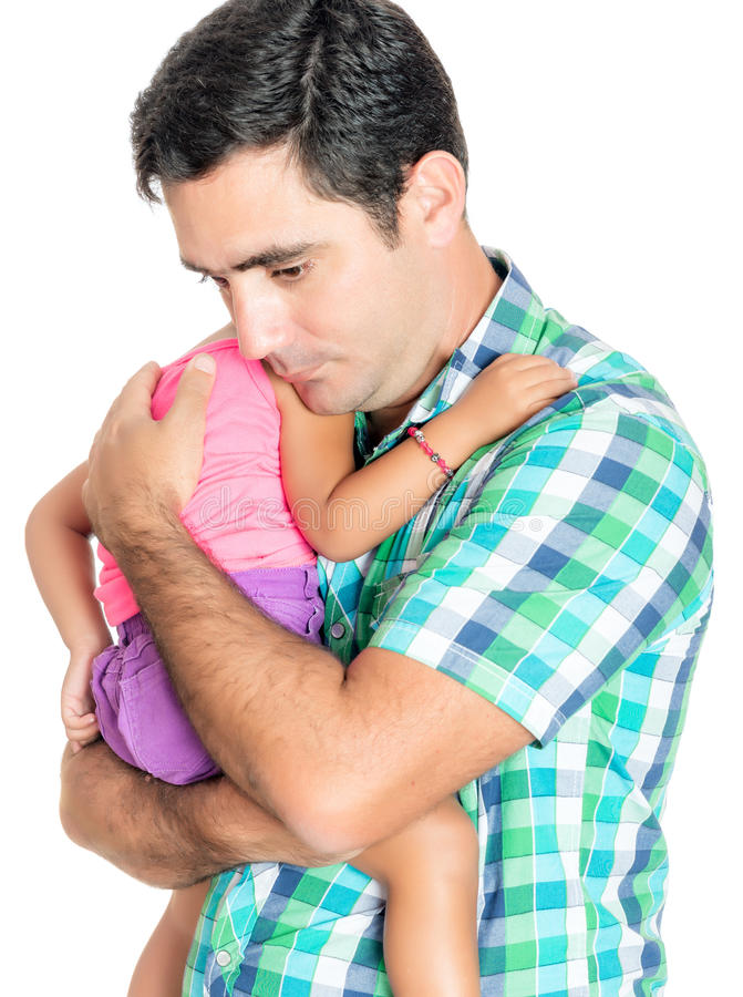 Утомленный и потревоженный испанский отец нося его малую дочь стоковое фото rf