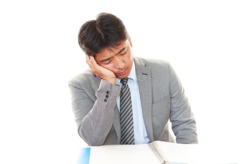 Утомленный и усиленный азиатский бизнесмен стоковые изображения rf