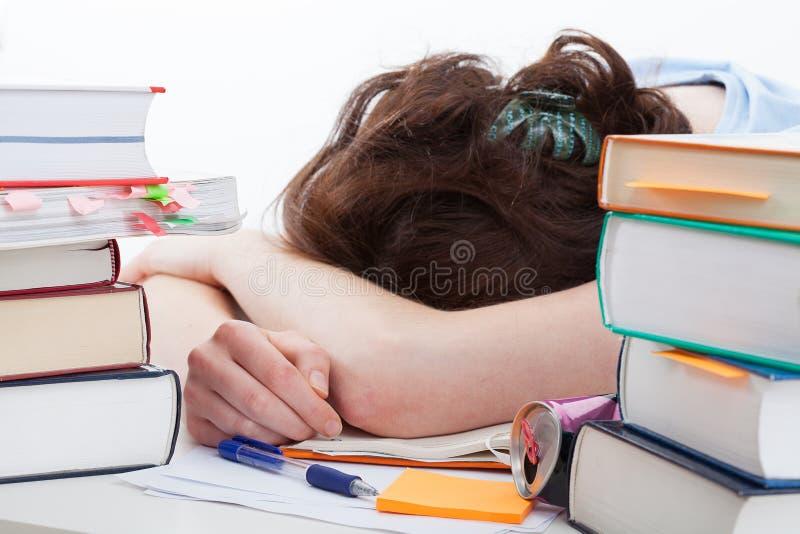 Утомленный падать студента уснувший во время учить стоковая фотография
