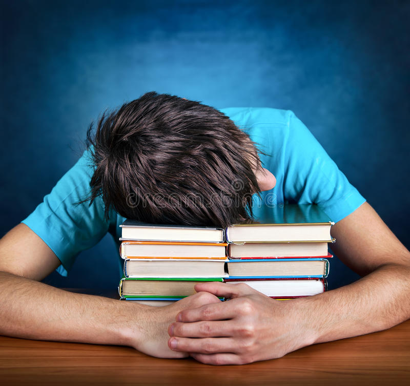 Утомленный предназначенный для подростков сон с книгами стоковое фото