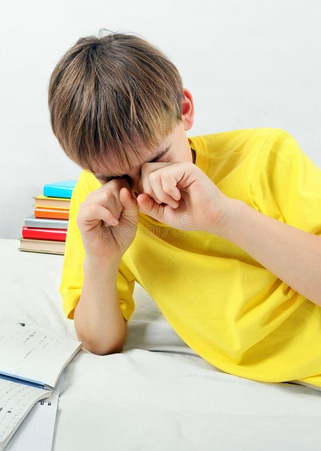 Утомленный ребенк делая домашнюю работу стоковые изображения rf