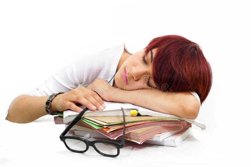 утомленный сон девушки на исследовании работы стоковые изображения rf