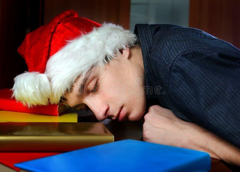 Утомленный сон молодого человека на книгах стоковые изображения rf