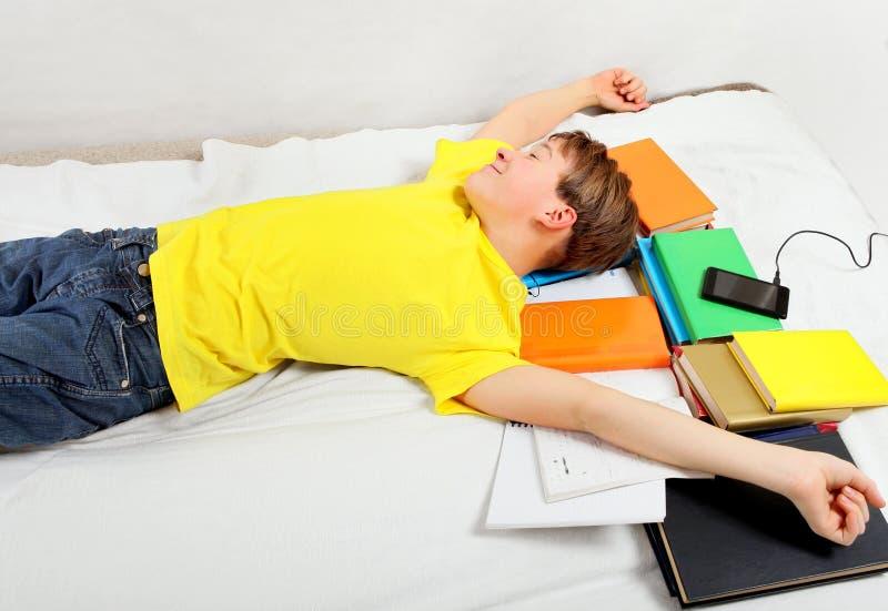 Утомленный сон ребенк на книгах стоковое изображение