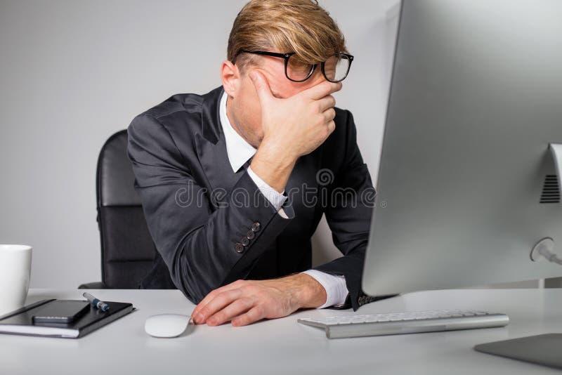 Утомленный человек держа его лоб стоковые изображения rf