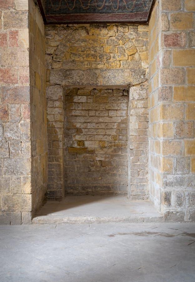 Утопленные рамки в старой каменной стене кирпичей стоковые изображения
