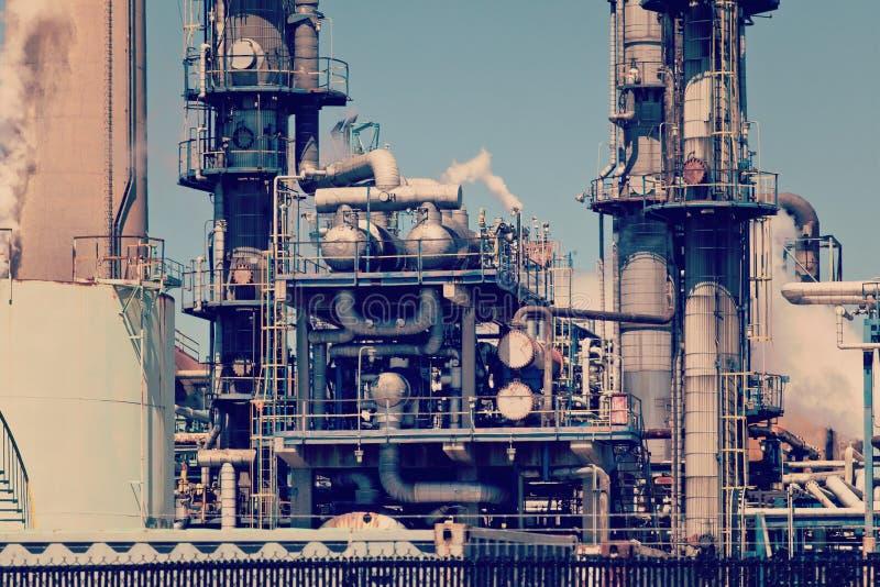 Уточненный трубопровод дымовой трубы нефтехимического завода нефти стоковое фото