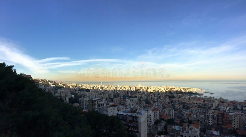 Утренний свет на Джуние, Ливан, с облаком загрязнения атмосферы стоковая фотография rf