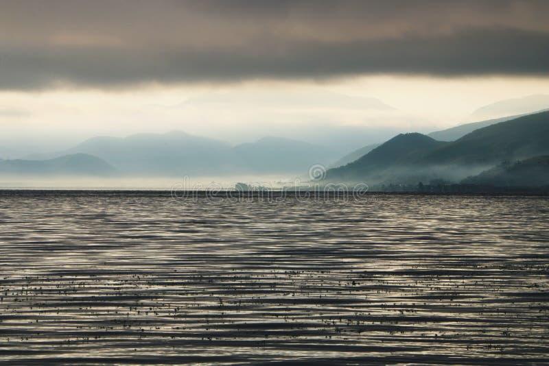 Утро в озере lugu стоковые изображения rf