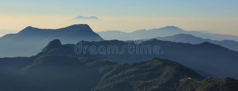 Утро в Ghale Gaun, много холмов и долинах увиденных от там стоковое фото
