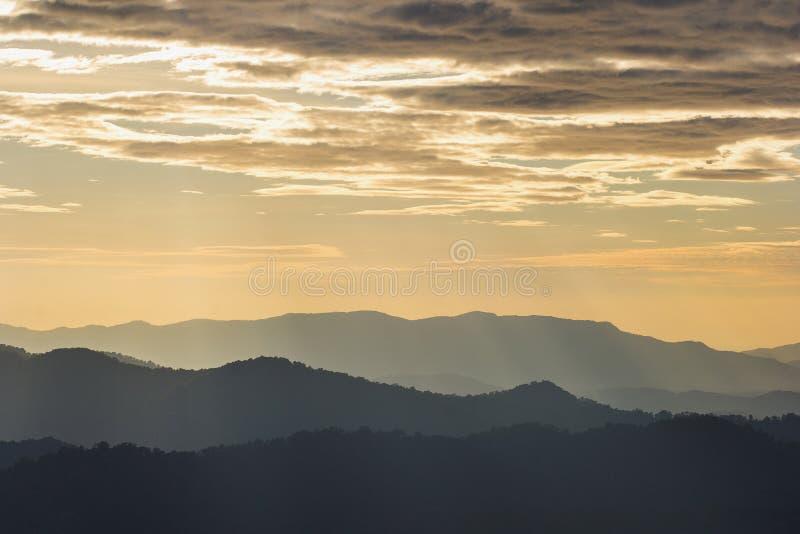 Утро захода солнца мягкого тумана горы сценарное на thongphaphum, kanchanabur стоковые фотографии rf