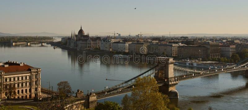 Утро над Дунай с цепным мостом и парламентом стоковые изображения rf