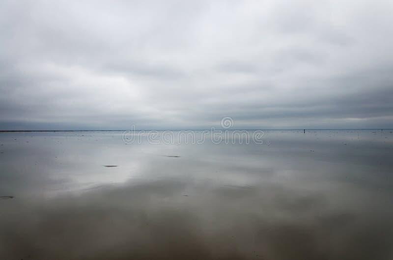Утро на озере, облака отражены в воде Озеро сол Elton, область России, Волгограда стоковые изображения