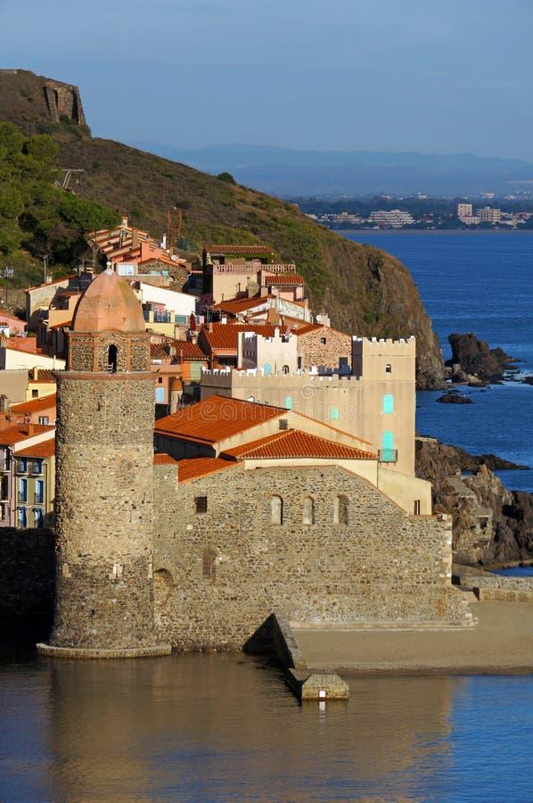 Утро освещает на прибрежной церков Collioure стоковое фото