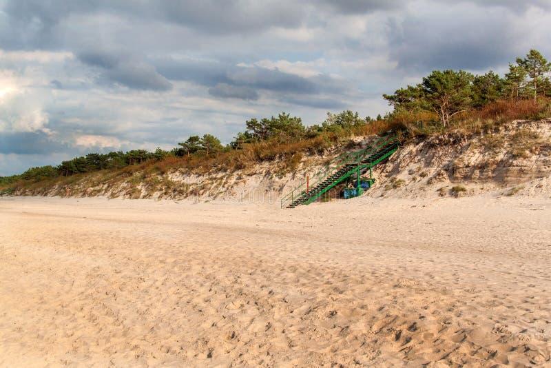 Утро осени побережья Балтийского моря холодное на пляже цветастая земля размывания seashore стоковая фотография