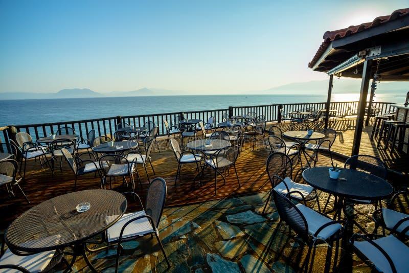 Утро раннего лета на деревянной террасе с взглядом моря стоковое фото rf