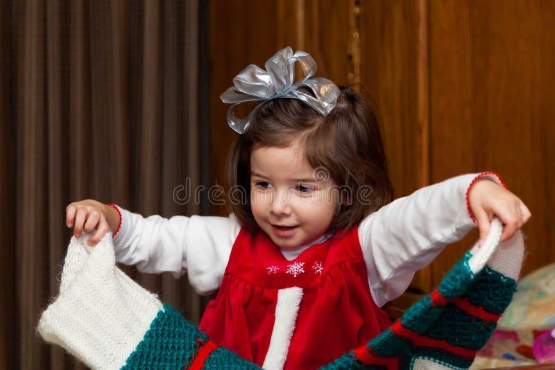 Утро рождества маленькой девочки с чулком стоковая фотография rf