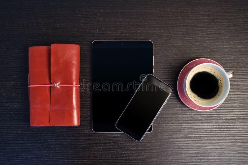 Утро с таблеткой и умным телефоном стоковая фотография