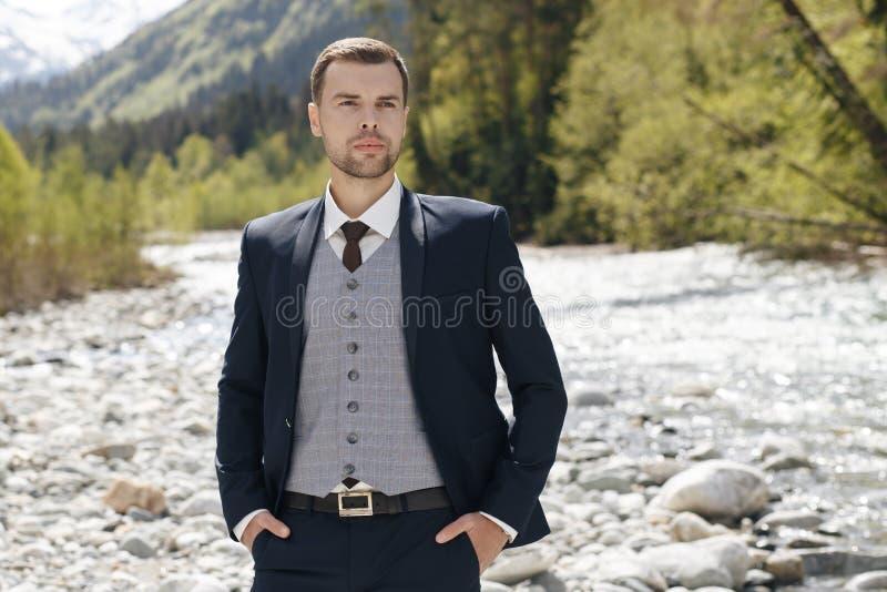Утро groom Подготовка утра Groom Молодой и красивый получать groom одел в рубашке свадьбы стоковые фото