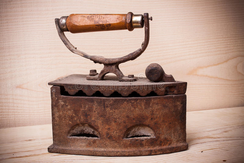 Утюг антиквариата, старый утюг, старый утюг на деревянной стене стоковое фото rf